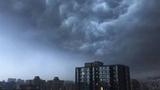 北京暴雨前夕:黑云压顶超现实大片