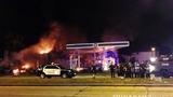 美国密尔沃基市一非裔男子遭警察击毙引骚乱 示威者焚烧警车